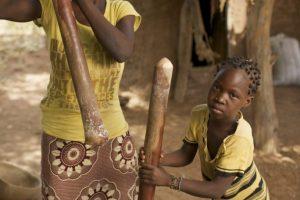 Jim Richardson, Grinding corn into meal for cooking, La macinazione del mais in un villaggio africano del Mali, Mali, Kolokani
