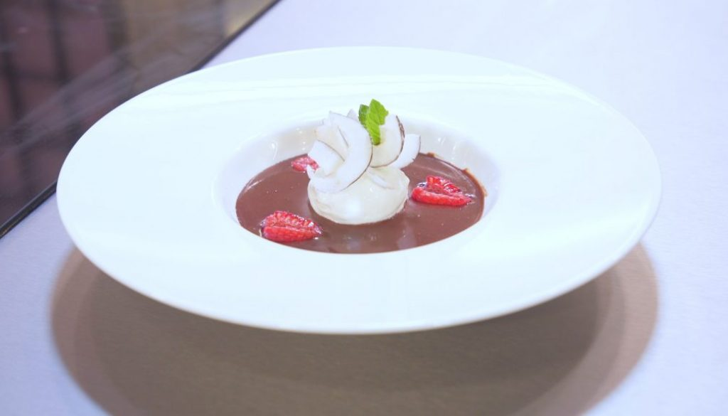 zuppa al cioccolato frizzante e gelato al cocco